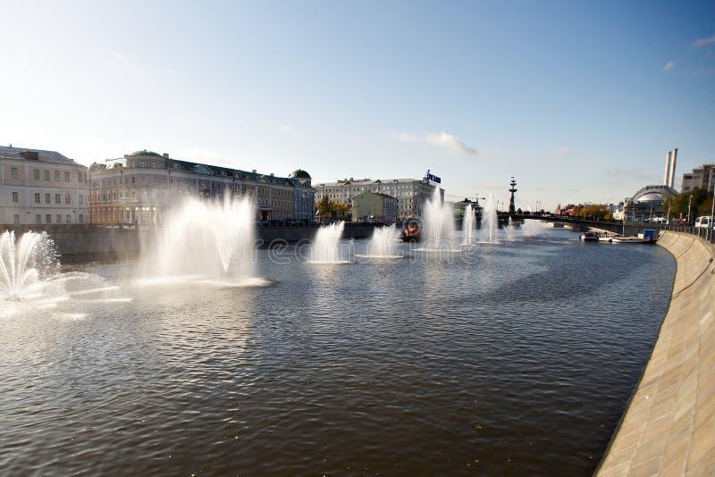 Fontane sul canale del fiume di Mosca fotografia stock libera da diritti