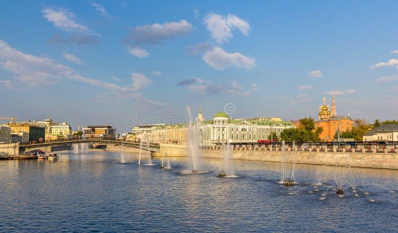 Fontane sul canale di Vodootvodny a Mosca fotografia stock