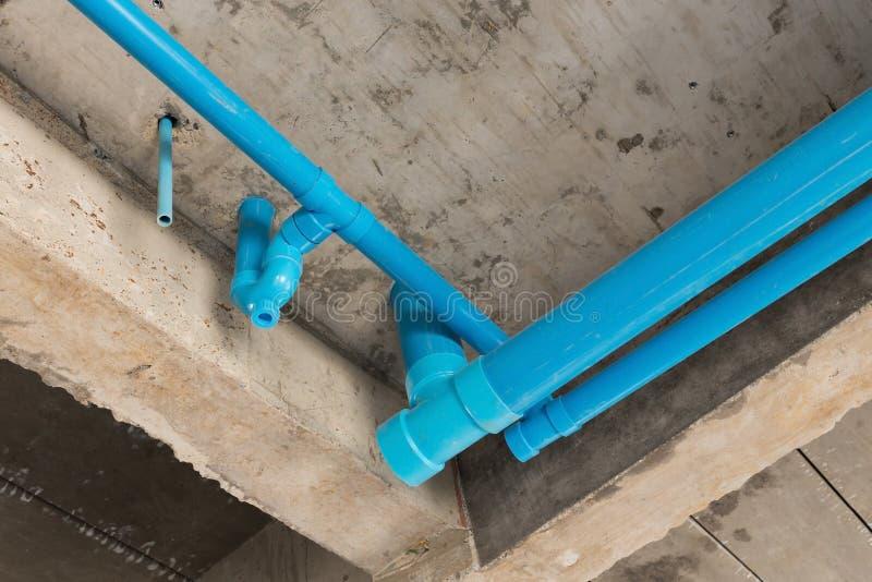 Fontaner a del pvc de los tubos de agua bajo techo del for Tubos de fontaneria