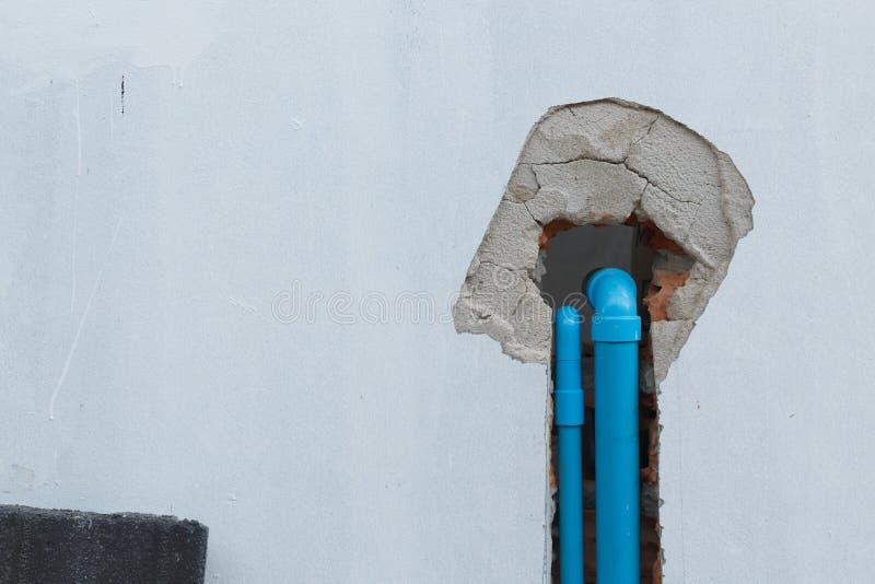 Fontanería del pvc del tubo de agua debajo de la pared del cemento foto de archivo libre de regalías