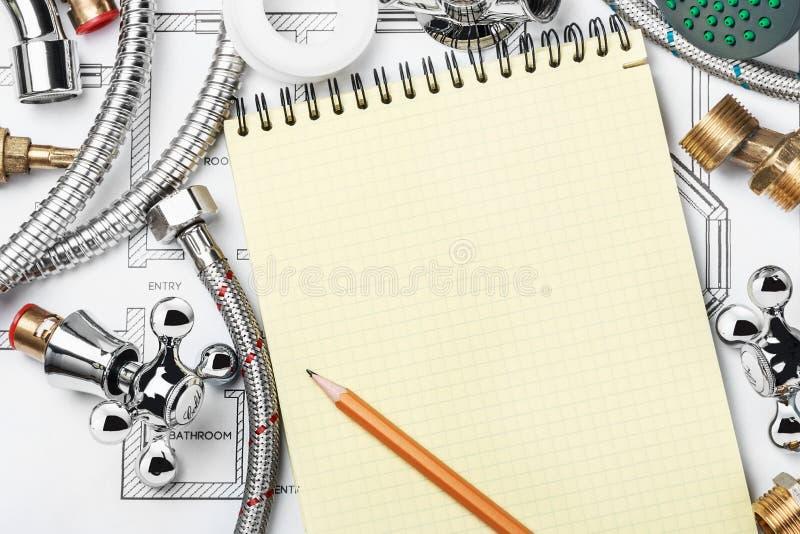 Fontanería y herramientas con un cuaderno imagen de archivo libre de regalías