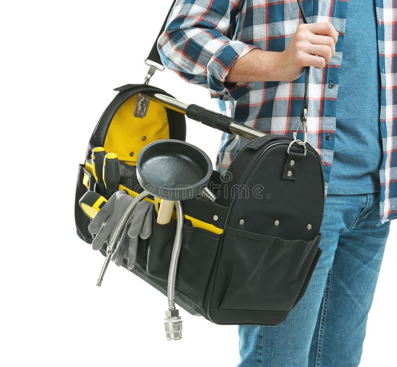 Fontanero joven con la bolsa de herramientas en el fondo blanco fotos de archivo