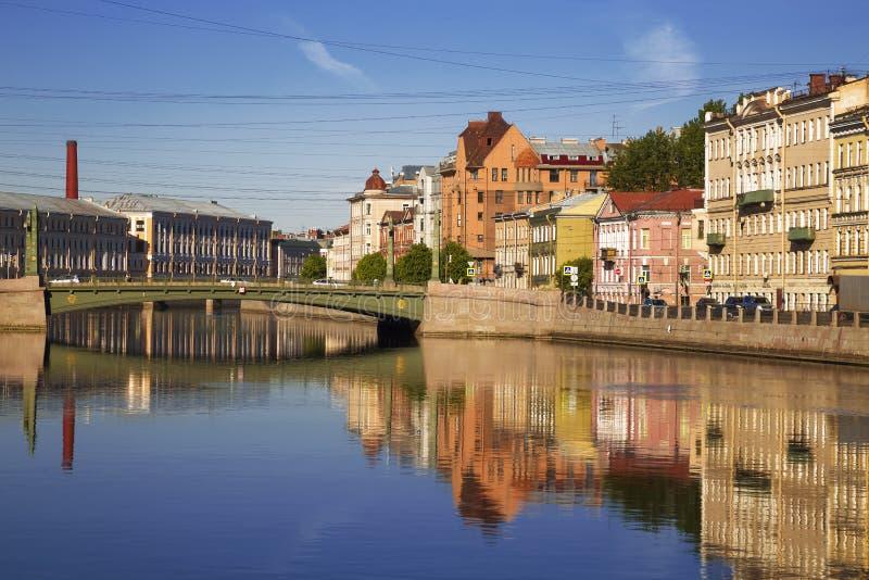 Fontanka河、埃及桥梁和有益的房子的看法江边的有他们的反射的在水中 ?? 库存图片