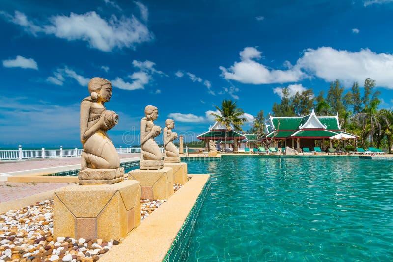 Fontann statuy przy tropikalnym pływackim basenem obraz royalty free