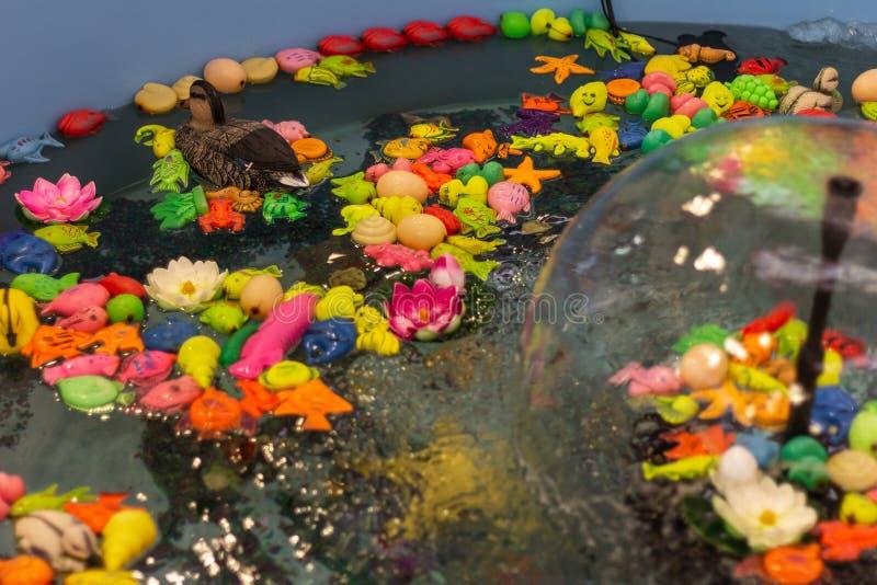 Fontann zabawki bryzgają wodną sztuka chwyta ryby grę obrazy royalty free