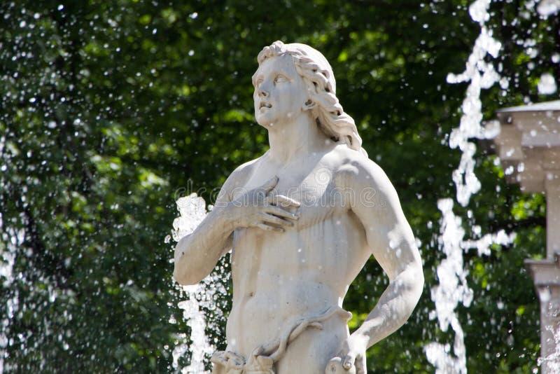 Fontanna Adam w niskim parku Peterhof Peterhof, Petersburg, Rosja obrazy royalty free