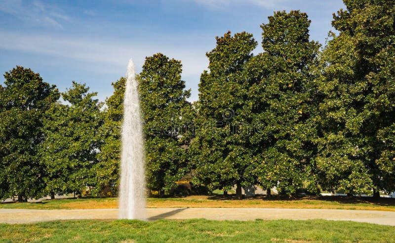 Fontanna i drzewa przy Entranceway parkiem zdjęcie stock
