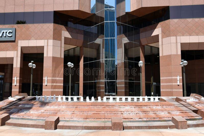 Fontanna i główne wejście przy Jeden world trade center zdjęcie stock