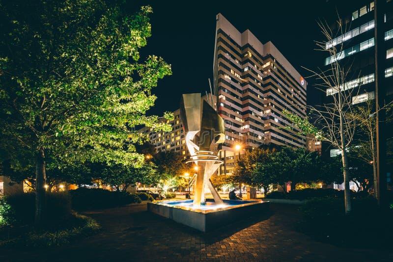Fontanna i nowożytny budynek przy nocą w Kolumbia, Południowy Carolin fotografia royalty free