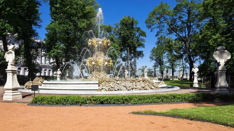 Fontanna lato ogród w St Petersburg, Rosja zdjęcie royalty free