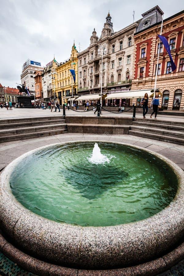 Fontanna Mandusevac i budynki Zagreb, Chorwacja obraz stock