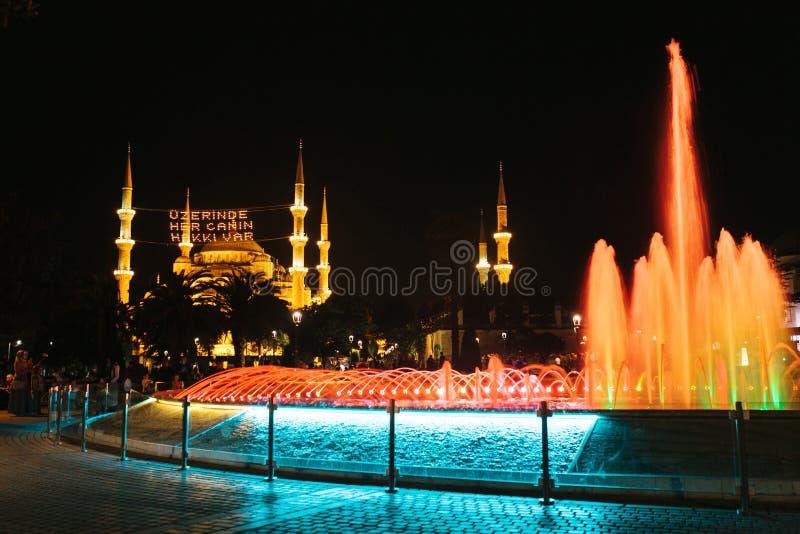 Fontanna na kwadracie obok znany na całym świecie Błękitnego meczetu w Istanbuł także dzwoni Sultanahmet indyk fotografia royalty free