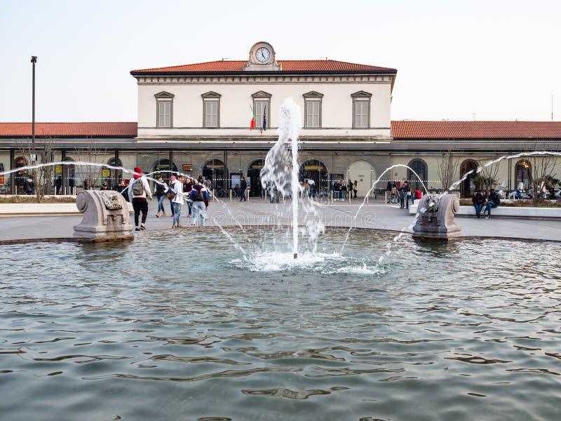 Fontanna na Piazzale Guglielmo Marconi w Bergamo fotografia stock