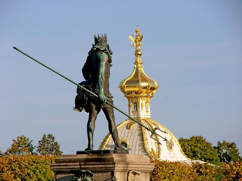 Fontanna Neptune na tle lokalowy Stemplowy Duży Peterhof pałac peterhof St Petersburg Rosja obrazy stock