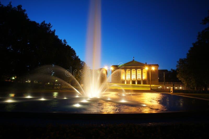 Fontanna przed operą w Poznan przy noc obraz royalty free