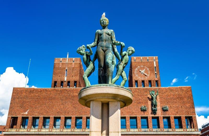 Fontanna przed Oslo urzędem miasta zdjęcie royalty free