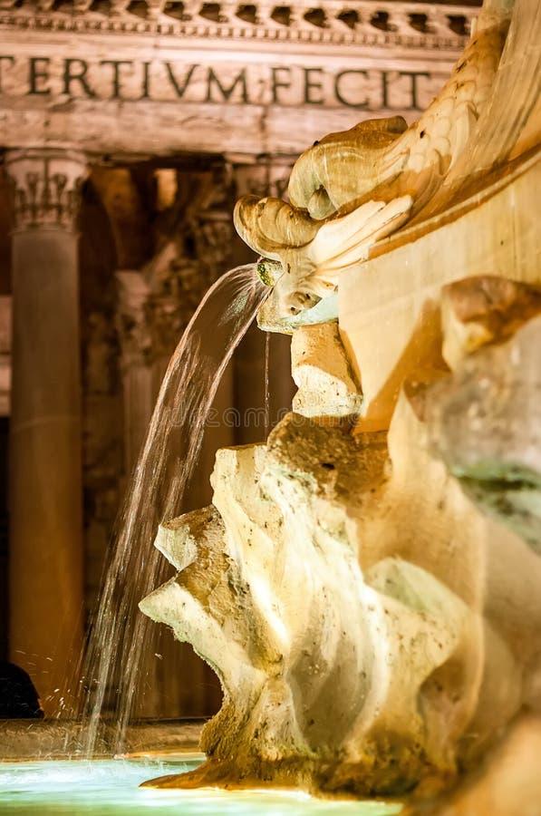 Fontanna przed panteonem w Rzym W?ochy zdjęcie royalty free