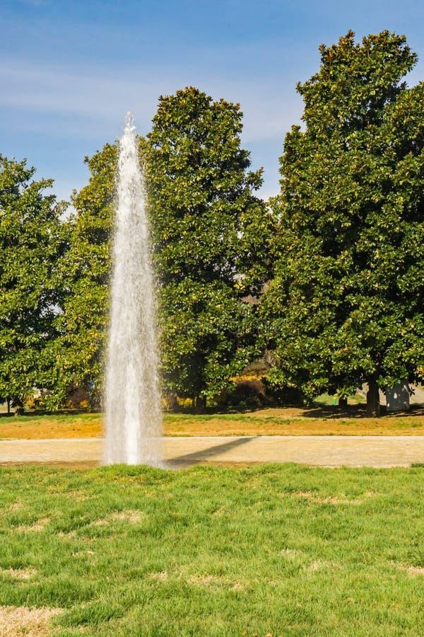 Fontanna przy Entranceway parkiem zdjęcie royalty free