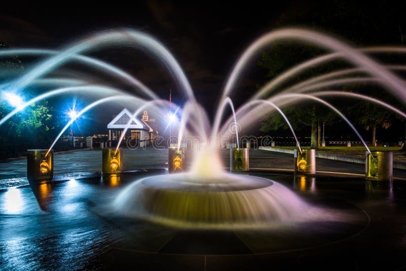 Fontanna przy nocą przy nabrzeże parkiem w Charleston, południe Ca zdjęcia royalty free
