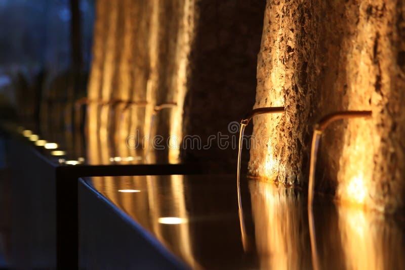 Fontanna przy noc, zaświecającą zaświecać zdjęcia stock