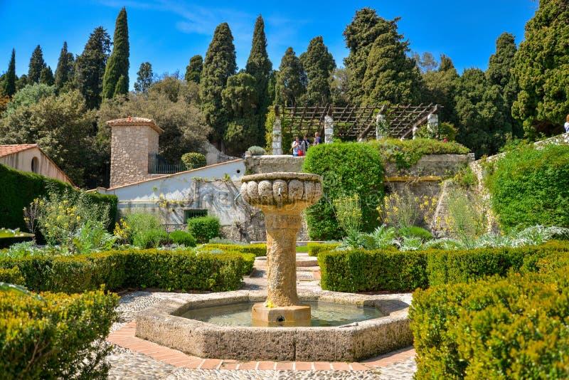 Fontanna przy ogrodowym Franciszkańskim monasterem obraz stock