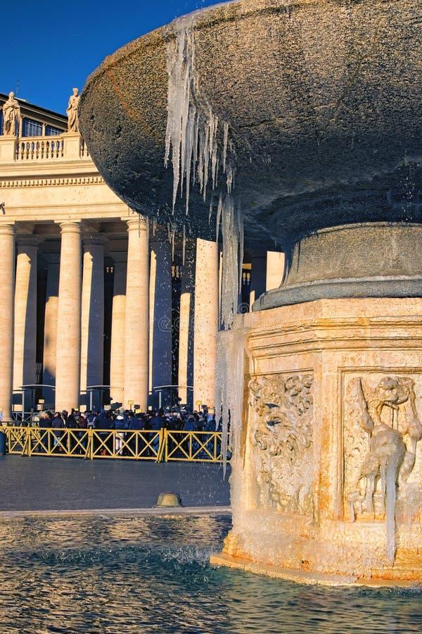 Fontanna przy St Peter ` s kwadratem zakrywającym lodem Naprawdę rzadki wydarzenie w Rzym tła bazyliki bernini miasta fontanny Pe obraz stock