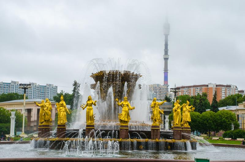 Fontanna przyjaźń Zaludnia przy wystawą osiągnięcia narodowa gospodarka w Moskwa obraz stock
