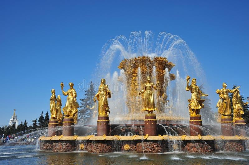 Fontanna przyjaźń Zaludniam, przeciw niebieskiemu niebu, Rosja, Moskwa zdjęcie royalty free