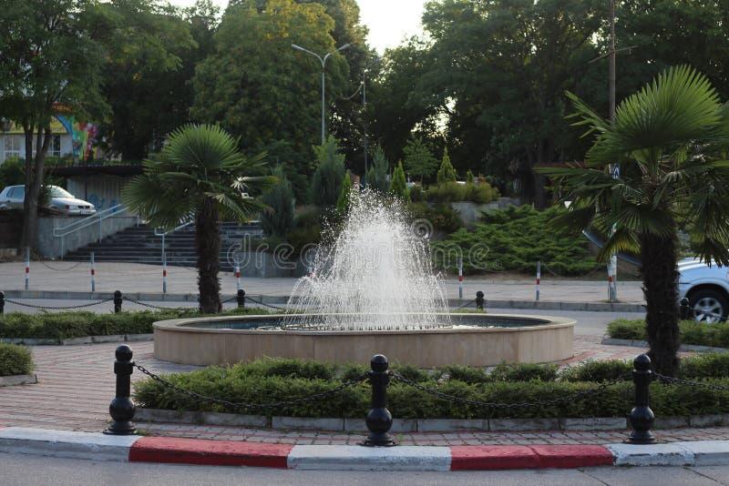 Fontanna w centrum miasteczko Petrich naprzeciw urzędu miasta blisko Smirnenski szkoły Popov i pomnikowego Anton fotografia royalty free