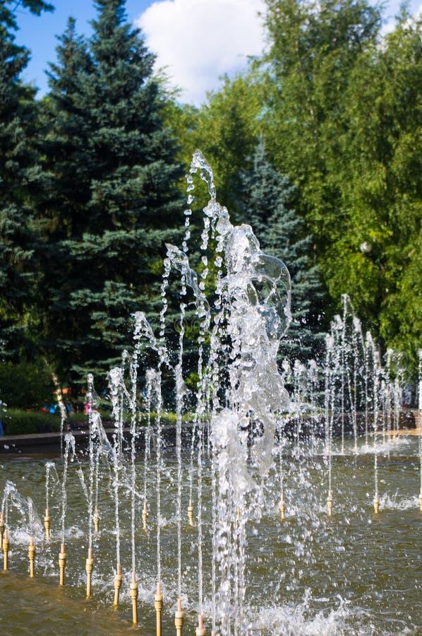 Fontanna w miasto parku na gorącym letnim dniu fotografia royalty free
