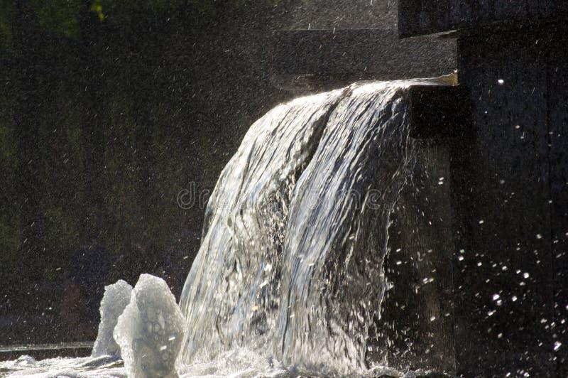 Fontanna w miasto parku na gorącym letnim dniu zdjęcie stock