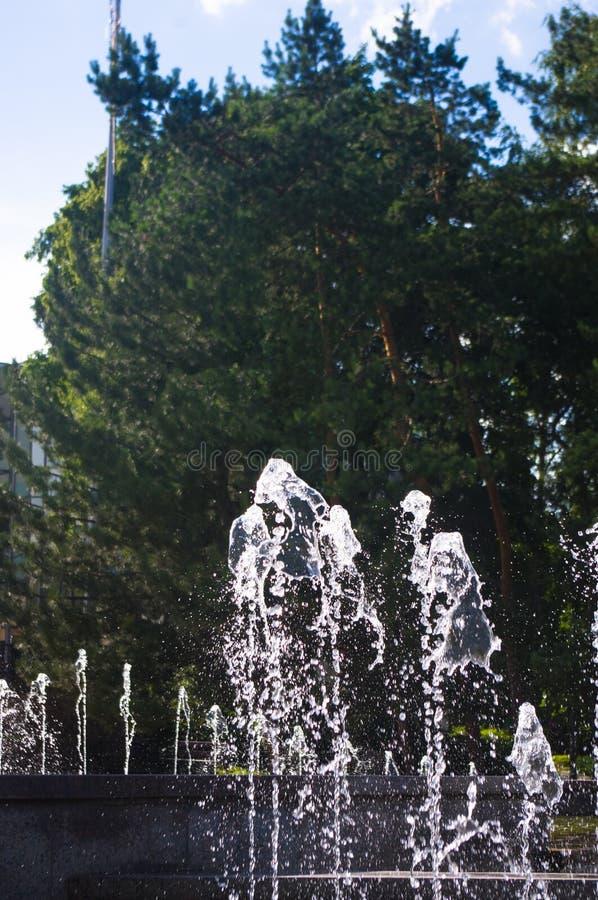 Fontanna w miasto parku na gorącym letnim dniu zdjęcia royalty free