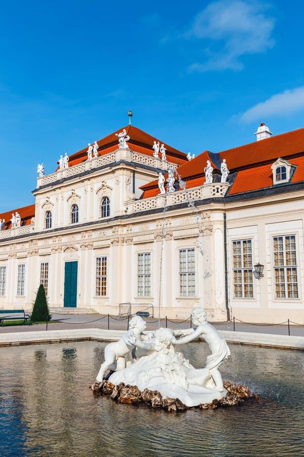 Fontanna w ogródzie w belwederu pałac, Wiedeń zdjęcie royalty free
