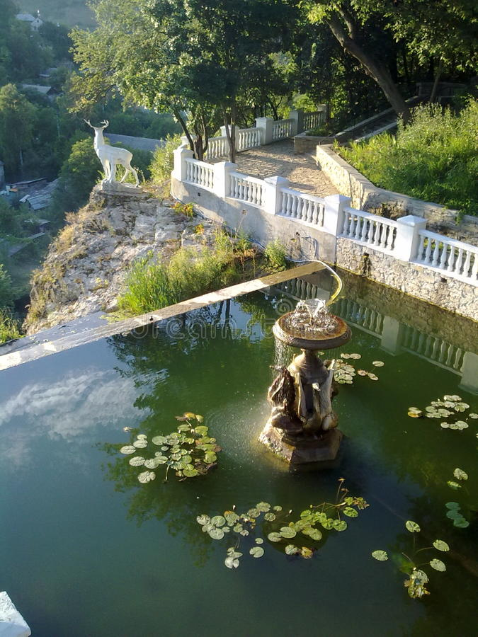 Fontanna w parkowym Kamenets-Podolskiy, Ukraina obraz royalty free