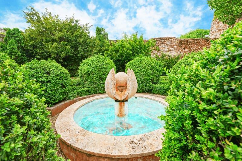 Fontanna w parku blisko kamiennych ścian Budapest Królewskiego kasztelu obraz royalty free