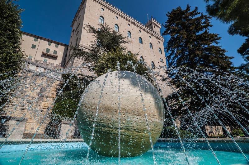 Fontanna w republice San Marino marmuru piłka w centrum zdjęcie stock