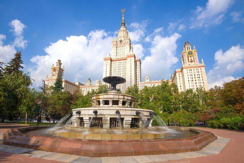 Fontanna w tle głównego budynku Moskiewskiego Uniwersytetu Państwowego zdjęcie royalty free
