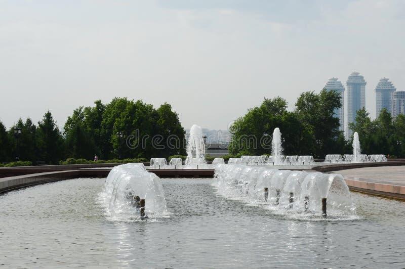 Fontanna w zwycięstwo parku na Poklonnaya wzgórzu w Moskwa fotografia stock