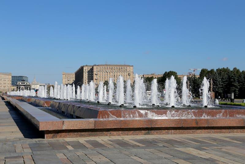 Fontanna w zwycięstwo parku na Poklonnaya wzgórzu, Moskwa, Rosja fotografia royalty free