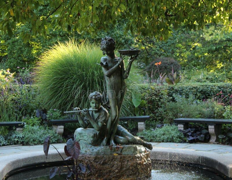 Fontanna z dwa statuami w central park obwódce ogródem fotografia royalty free