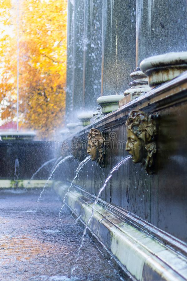 Fontanna z granitowymi kolumnami w jesień parku zdjęcia stock