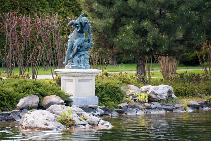 Fontanna z statuą kobieta w parku blisko jeziora obraz royalty free