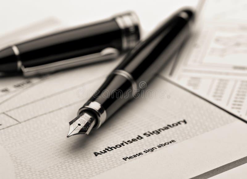 Fontanny pióro na dokumencie prawnym. zdjęcia royalty free