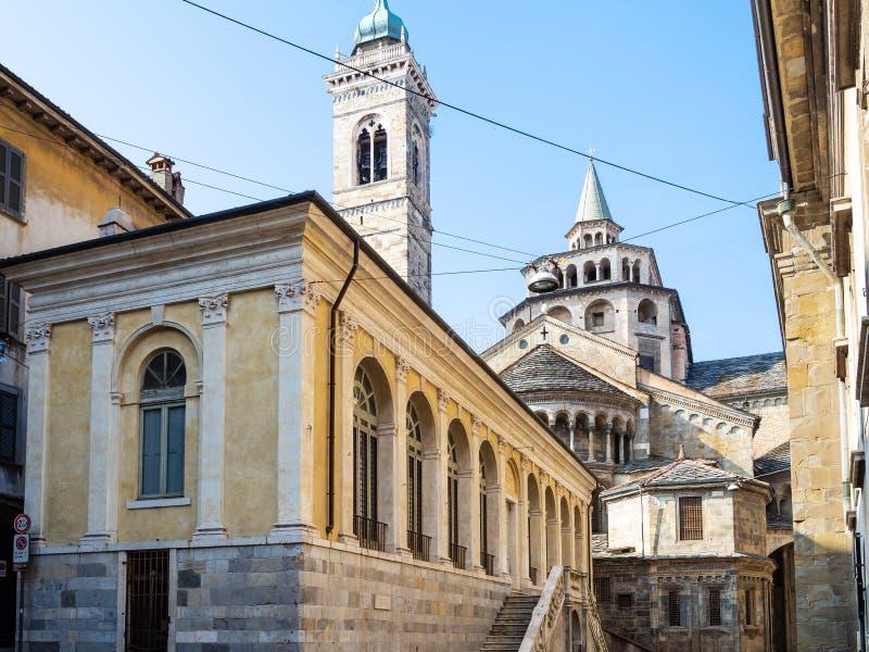 Fontanone Visconteo et basilique dans la ville de Bergame photographie stock libre de droits