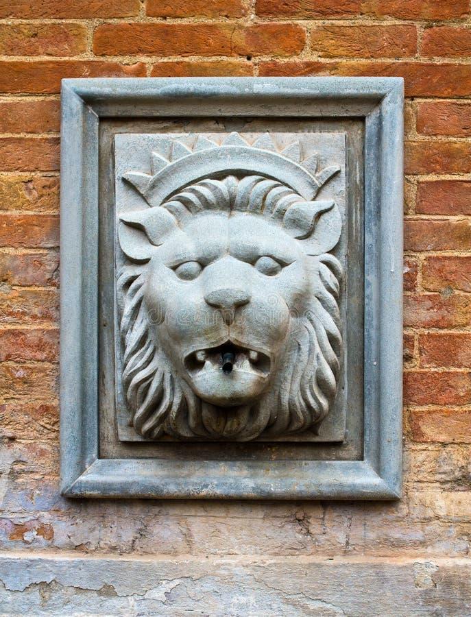 Fonte antica per acqua con una testa del ` s del leone fotografie stock libere da diritti