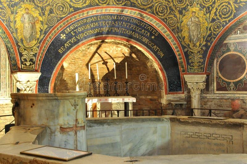 Fonte baptismale et autel photos stock
