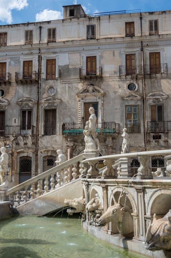 Fonte barroco com as estatuetas do nude na praça Pretoria em mais pálido imagem de stock royalty free
