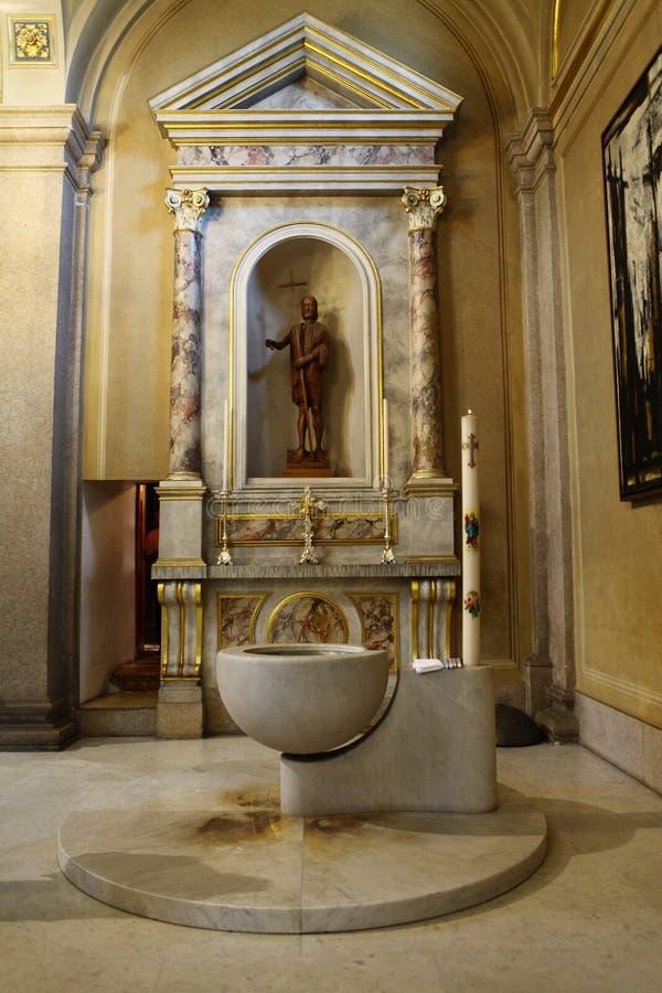 Fonte battesimale immagine stock