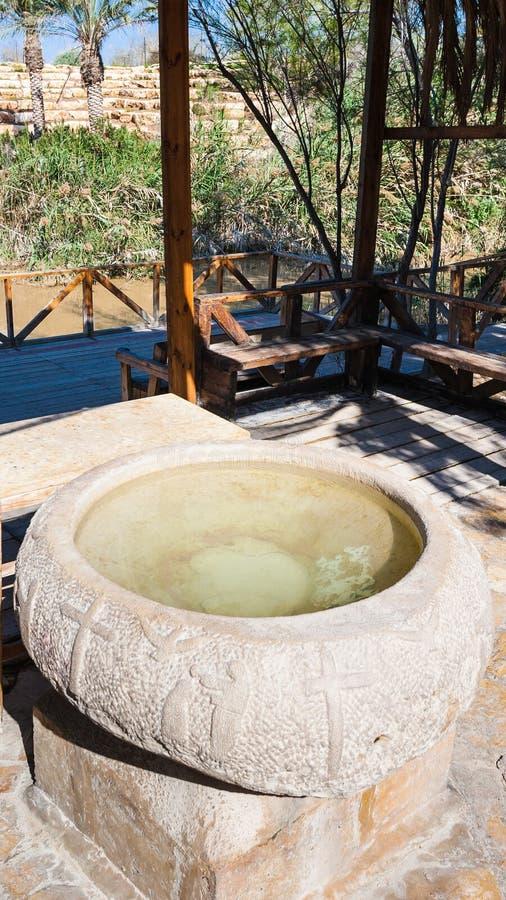 Fonte battesimale antica nel sito di battesimo in Giordania fotografia stock