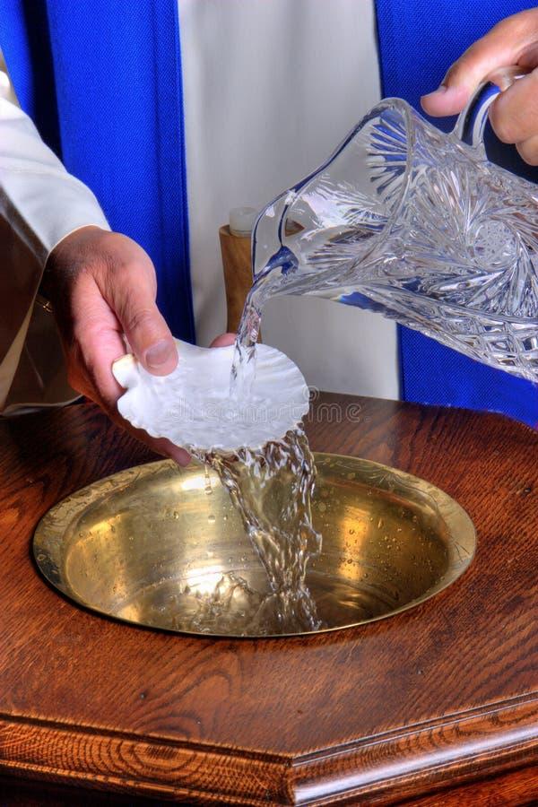 Fonte battesimale con acqua immagine stock